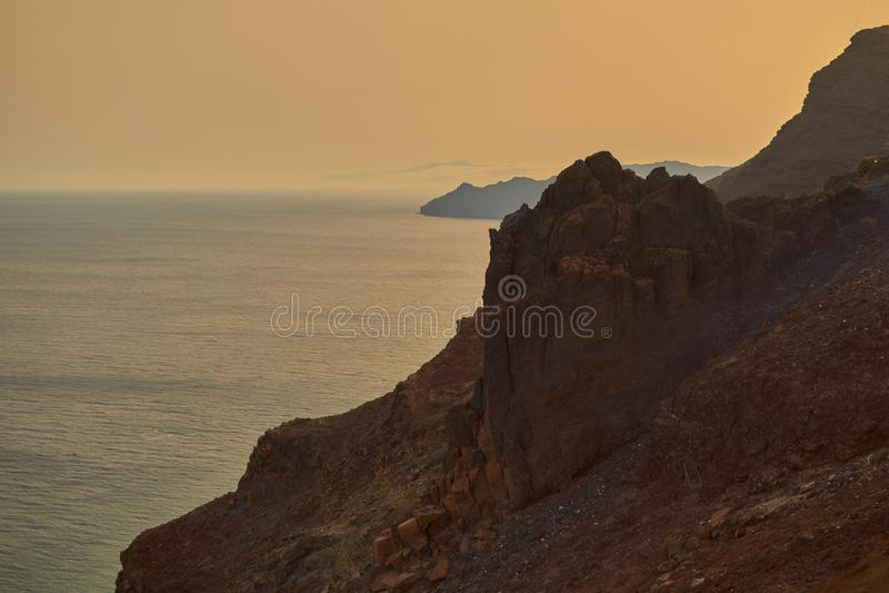 Оглушать заход солнца на пляже Фуэртевентуры рядом со скалой в Фуэртевентуре стоковые фотографии rf