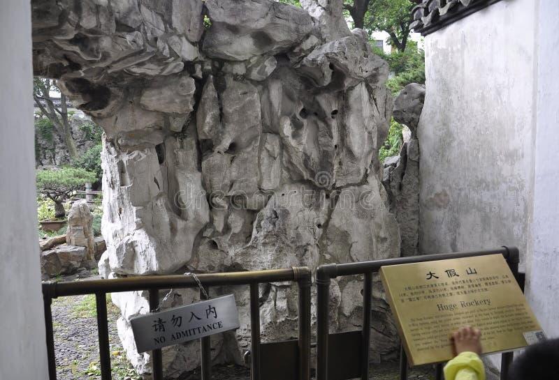 Огромный Rockery от известного сада Yu в центре города Шанхая стоковое фото