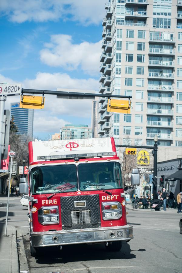 26-ое июня 2016 - тележка отделения пожарной охраны Калгари, Альберты - Канады Калгари припаркованная дорогой стоковое фото rf