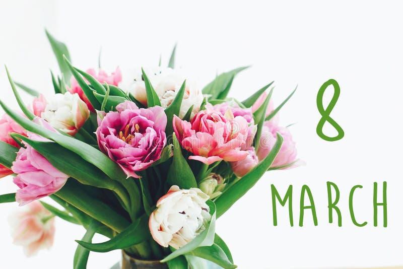 8-ое марта, знак текста дня счастливых женщин на красивом пинке и пурпурные двойные тюльпаны пиона в свете Международный день ` s стоковая фотография rf