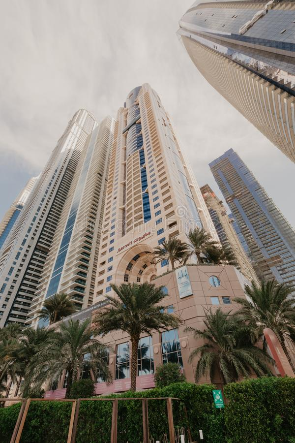 2-ое января 2019 Панорамный взгляд с современными небоскребами и пристанью воды Марины Дубай, Объединенных эмиратов стоковая фотография