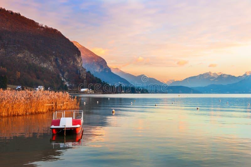 Озеро Анси в горах на заходе солнца, Франции Альп стоковые изображения