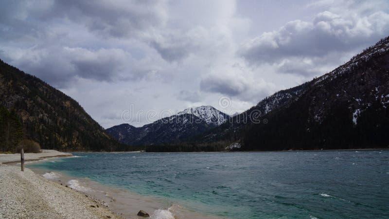 Озеро в австрийских горных вершинах стоковая фотография