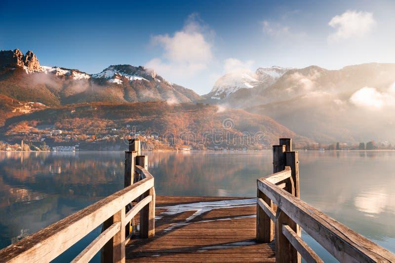 Озеро в горах Альп, Франция Анси стоковые фото