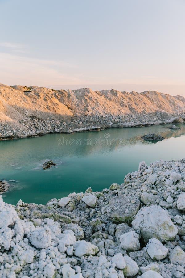 Озеро гор с изумрудной водой на заходе солнца стоковые фотографии rf