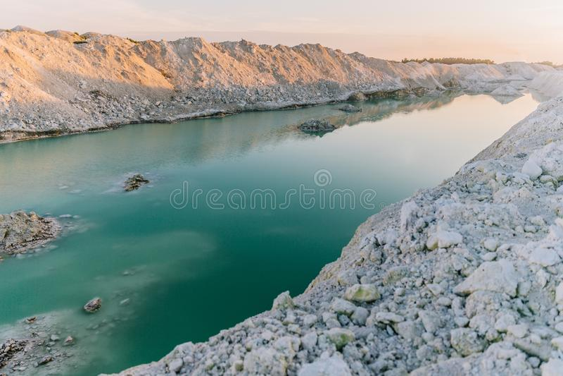 Озеро гор с изумрудной водой на заходе солнца стоковые изображения