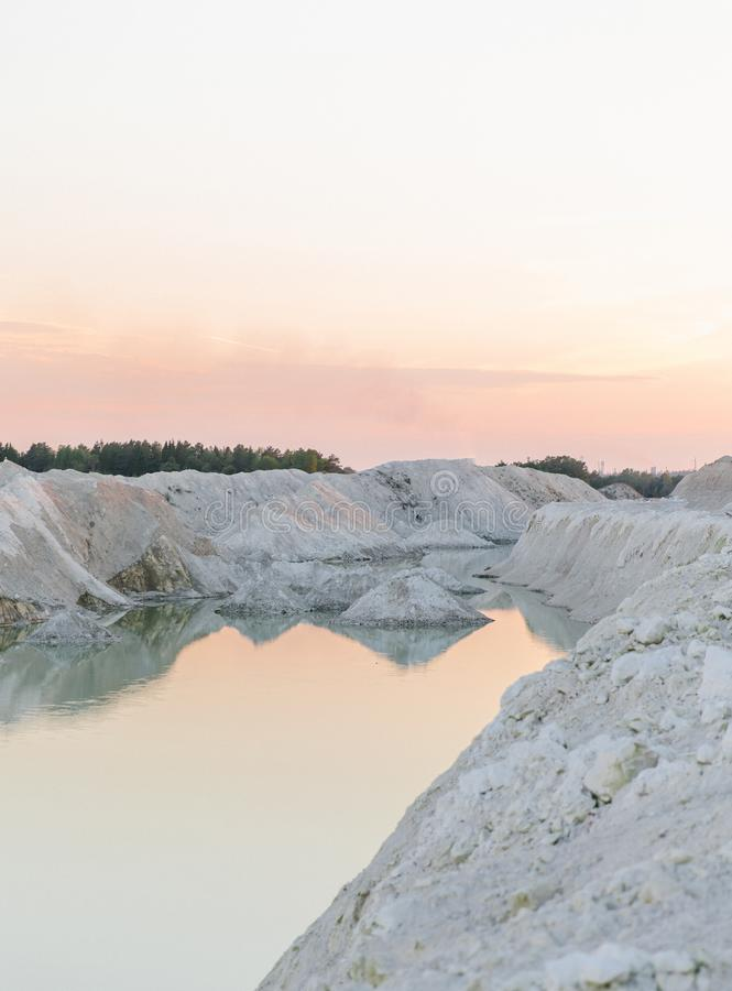 Озеро гор с изумрудной водой на заходе солнца стоковое фото
