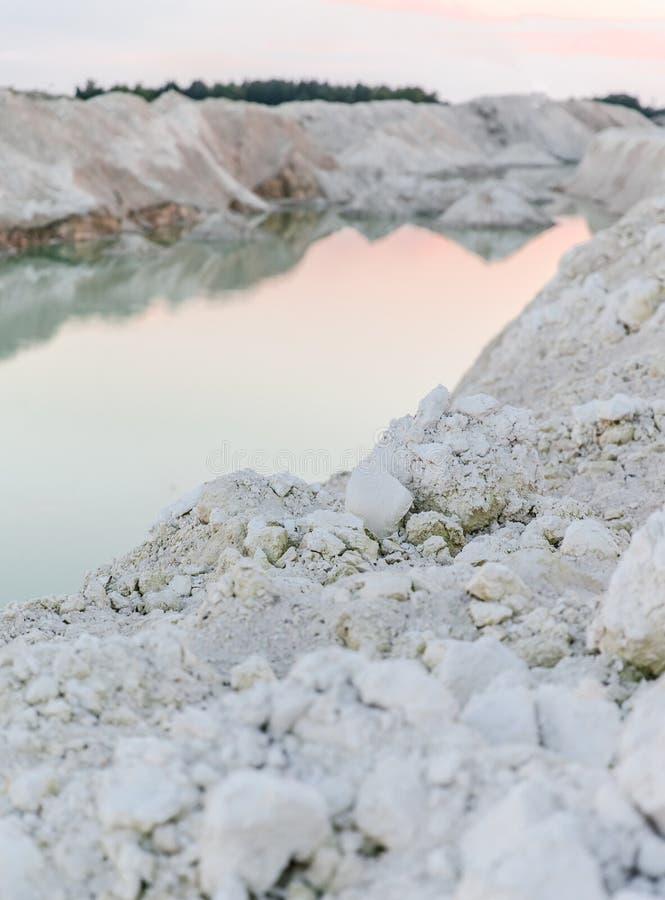 Озеро гор с изумрудной водой на заходе солнца стоковые фото