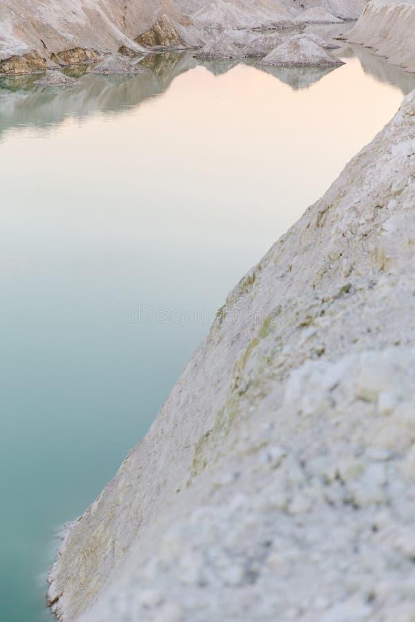 Озеро гор с изумрудной водой на заходе солнца стоковое изображение rf