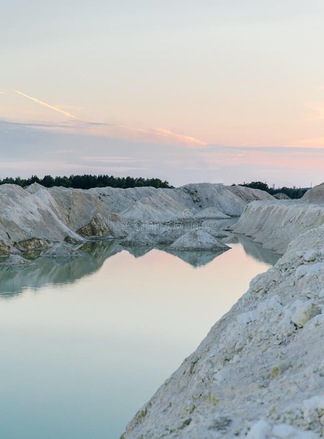 Озеро гор с изумрудной водой на заходе солнца стоковая фотография rf