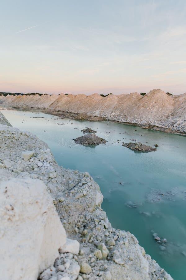 Озеро гор с изумрудной водой на заходе солнца стоковая фотография