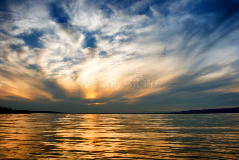 Озеро Balaton в золотых цветах после захода солнца со славным cloudscape в Венгрии стоковое изображение