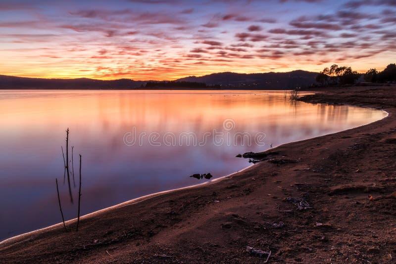 Озеро Jindabyne на восходе солнца, NSW, Австралии стоковые изображения
