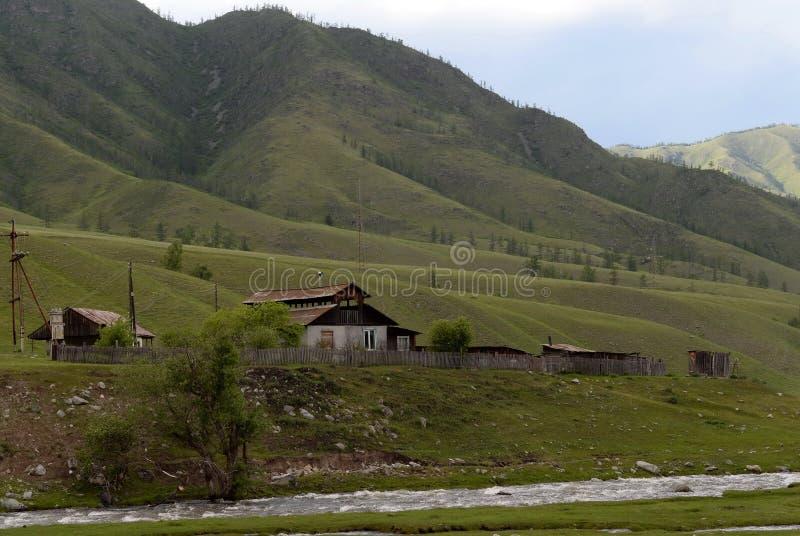 Окраины деревни onguday в горах Altai, Сибирь, Россия стоковые изображения