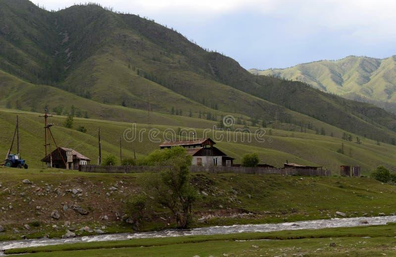 Окраины деревни onguday в горах Altai, Сибирь, Россия стоковая фотография