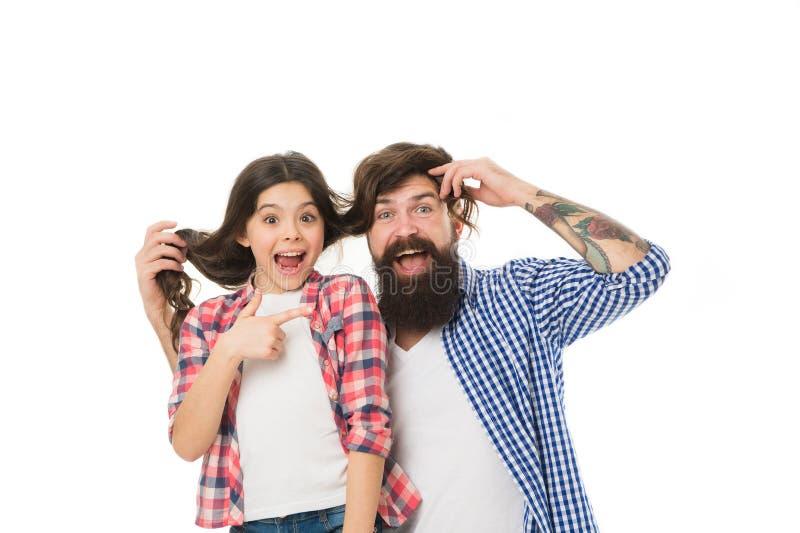 Он завидует моему стилю причесок Человек с волосами бороды и маленькой девочки длинными на белой предпосылке Игра отца с волосами стоковое изображение rf