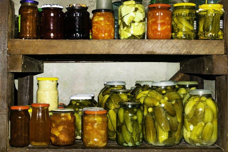 Опарникы замариновали овощи, fruity компоты и варенья в погребе сохраненная еда стоковая фотография rf
