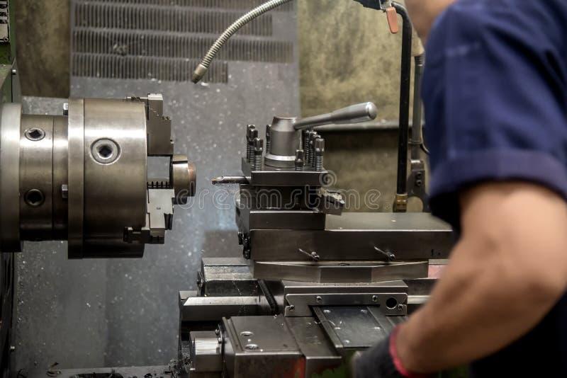 Оператор навыка работая с машиной токарного станка стоковые изображения