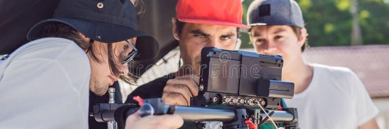 Оператор Steadicam и его ассистент подготавливают камеру и стабилизатор-карданный подвес 3 осей для коммерчески ЗНАМЕНИ всхода, Д стоковые фото