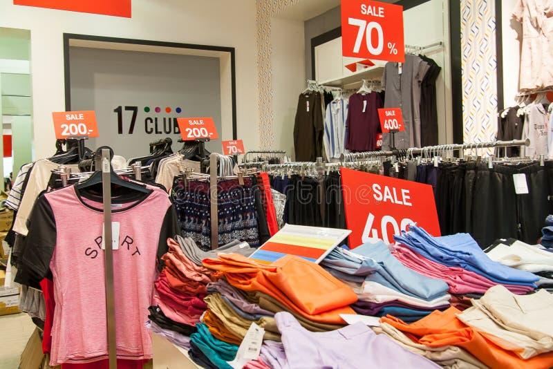 Одежды продажи Интерьер цеха стоковое изображение