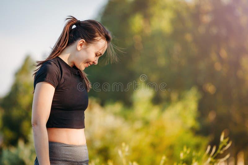 Одежды спорт девушки между усмехаться тренировок стоковое изображение rf