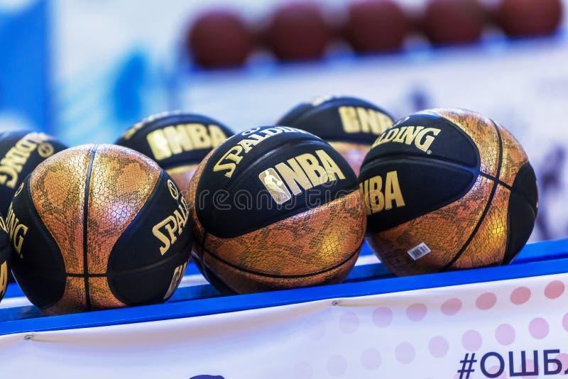 Одесса, Украина - 16-ое февраля 2019: официальный шарик баскетбола турнира спорта детей Новый золотой баскетбол на specia стоковое изображение