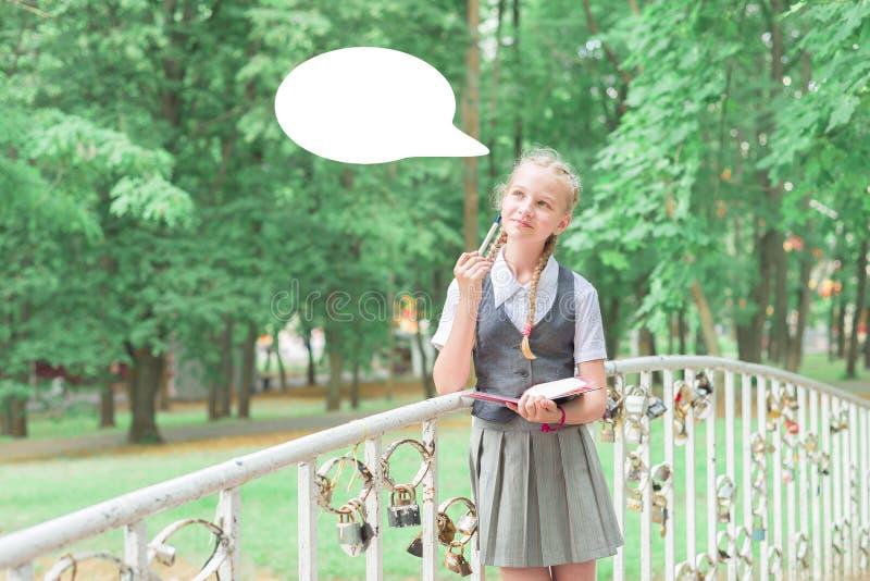 Одетая в форму школьница думала Ребенок учит удаленно отработочное образование стоковое изображение rf