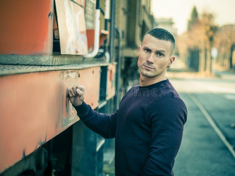 Один красивый молодой человек в установке города стоковые изображения