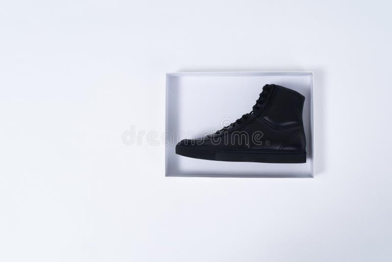 Одиночный черный кожаный ботинок в коробке ботинка на белой предпосылке стоковое фото rf