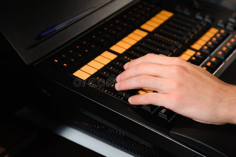 Освещая инженер работает с управлением техников светов на шоу концерта Профессиональный светлый смеситель, смешивая консоль стоковые изображения