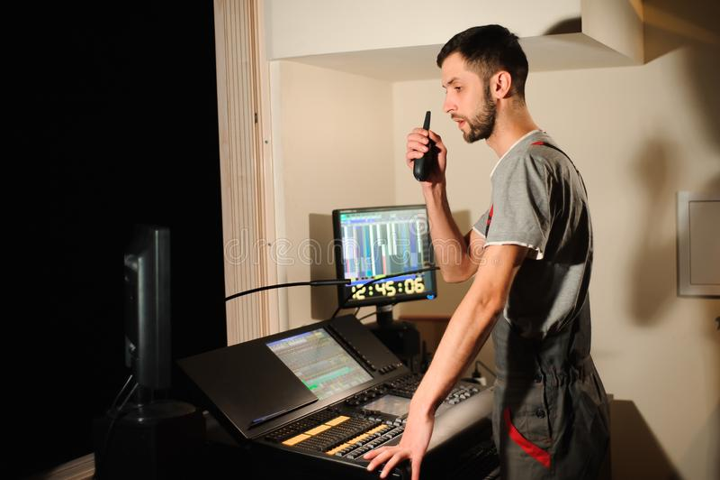Освещая инженер работает с управлением техников светов на шоу концерта Профессиональный светлый смеситель, смешивая консоль стоковое фото rf