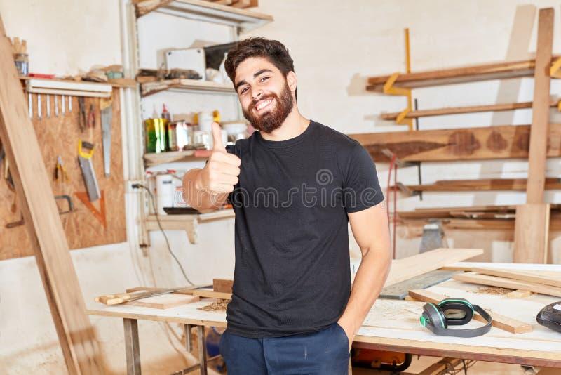 Основатель запуска держит его большие пальцы руки вверх стоковое изображение