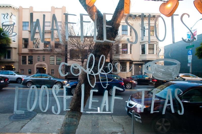 Останавливать мимо для чашки кофе в Сан-Франциско в café где я смог сидеть стоковое изображение