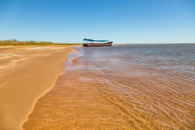"""Остров """"Las Dunas de Сан Cosme y Damian """"дюн в середине Рио Parana около города Encarnacion стоковое изображение"""