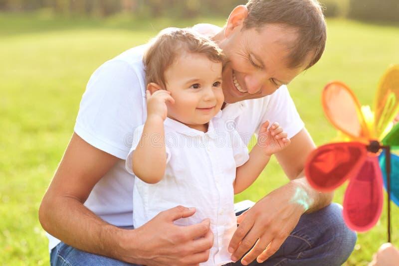 Отец с его сыном играя в парке стоковые фотографии rf