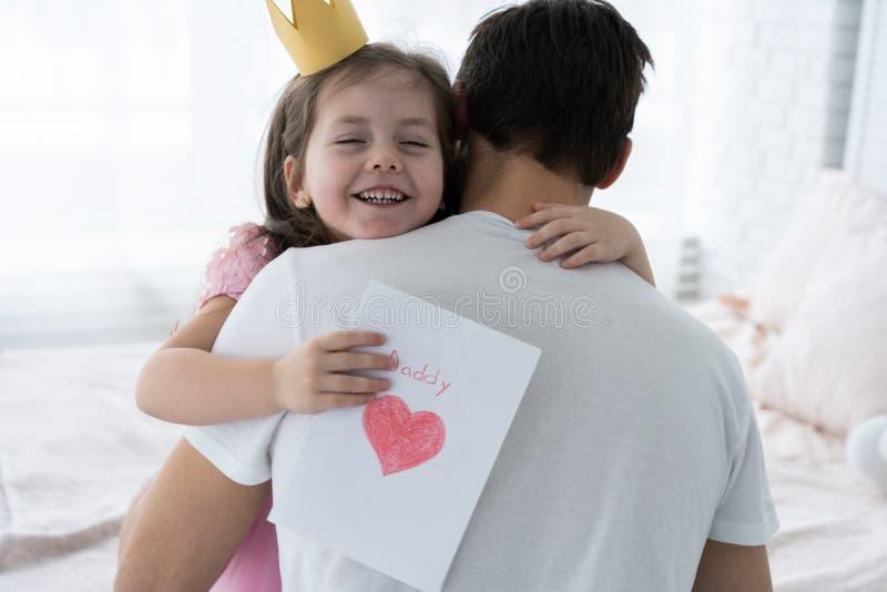 отец s дня Счастливая дочь семьи давая папе поздравительную открытку на празднике стоковые фотографии rf
