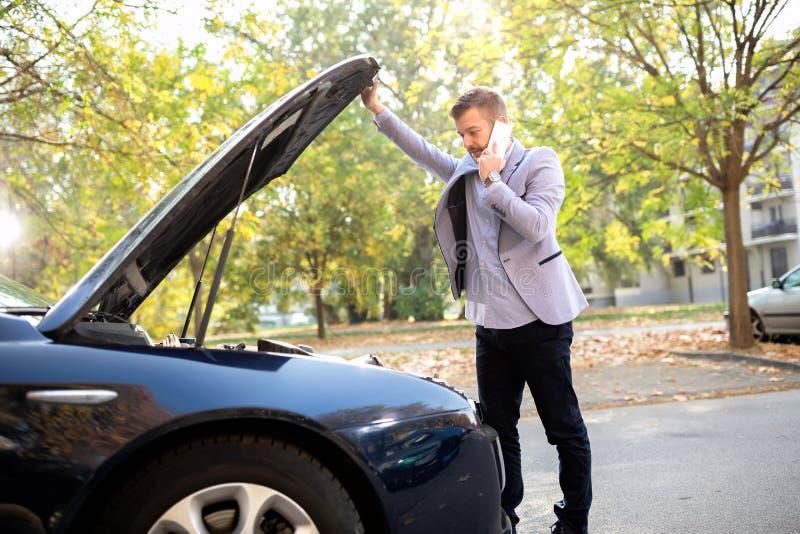 Отказ автомобильного аккумулятора делая вещи осложненный стоковое изображение