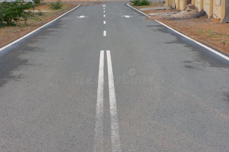 Открытая пустая улица в пустыне схематическо стоковое изображение rf