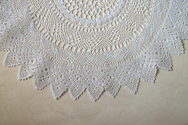 Открытка верхней выпушки с openwork белой салфеткой на светлой переклейке стоковые фотографии rf