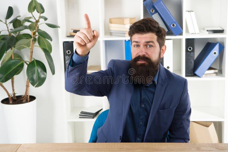 Отличная идея аналитика деловой активности Самомоднейший бизнесмен Мужская мода в офисе Хипстер бородатого аналитика человека зре стоковое изображение