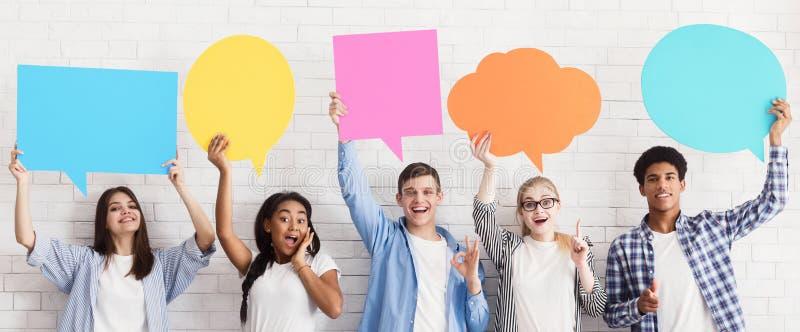 отличные идеи Подростки держа пузыри речи, урожай стоковое изображение rf