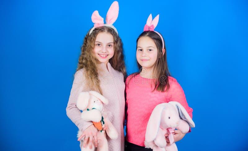 Отпразднуйте весну пасха счастливая Охота яичка Семья и сестричество Маленькие девочки с игрушкой зайцев Партия праздника весны стоковое фото rf