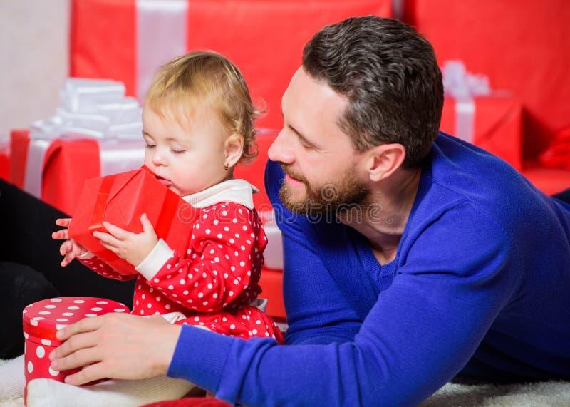 Отпразднуйте первый день рождения Счастливое родительство Подарок для самого дорогого распространенного счастья Цели родительства стоковое фото rf