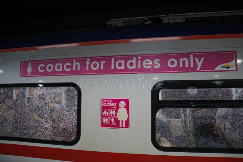 Отдельный автомобиль метро для женщин Тренер для дам только стоковое фото
