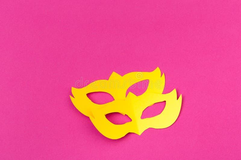 Отрезок вне покрасил бумажные диаграммы для марди Гра праздника, предпосылку цвета стоковое изображение