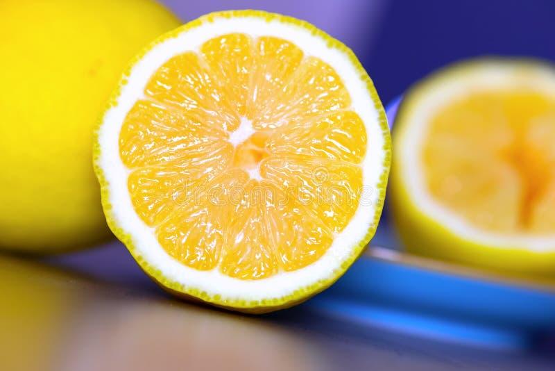 Отрезок лимона в половине лежа на кухонном столе, тропическом плоде витамин типа померанцев c свежий здоровый стоковые фотографии rf