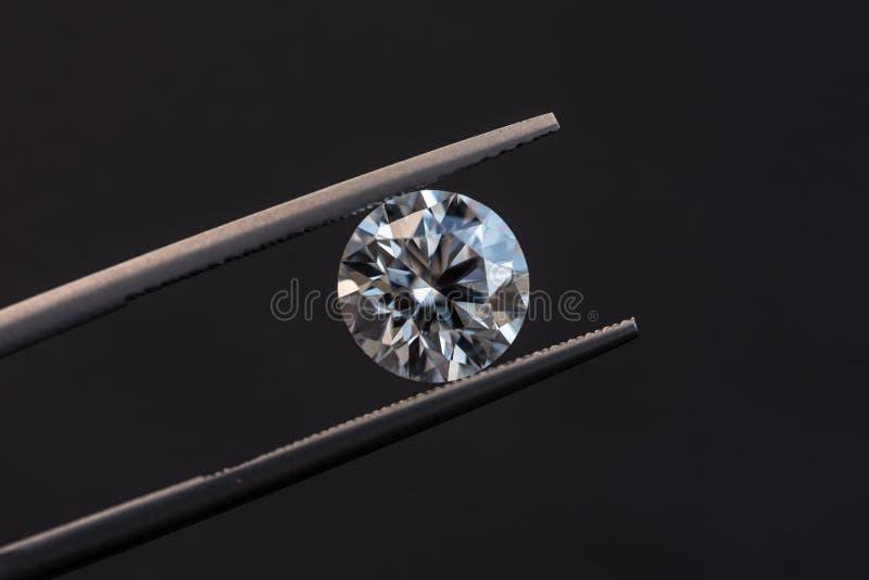 Отрезок диаманта круглый в щипчиках стоковые изображения rf