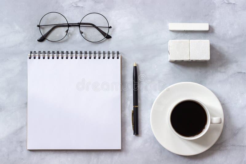 Офис или домашний шаблон модель-макета календаря кубов пробела стола таблицы на ваша дата календаря Блокнот, чашка кофе, ручка стоковая фотография rf