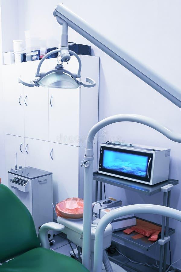 Офис дантиста, гигиена полости рта, зубоврачебный конец-вверх аппаратур Медицинский офис оборудован с креслом и особенным освещен стоковые фотографии rf