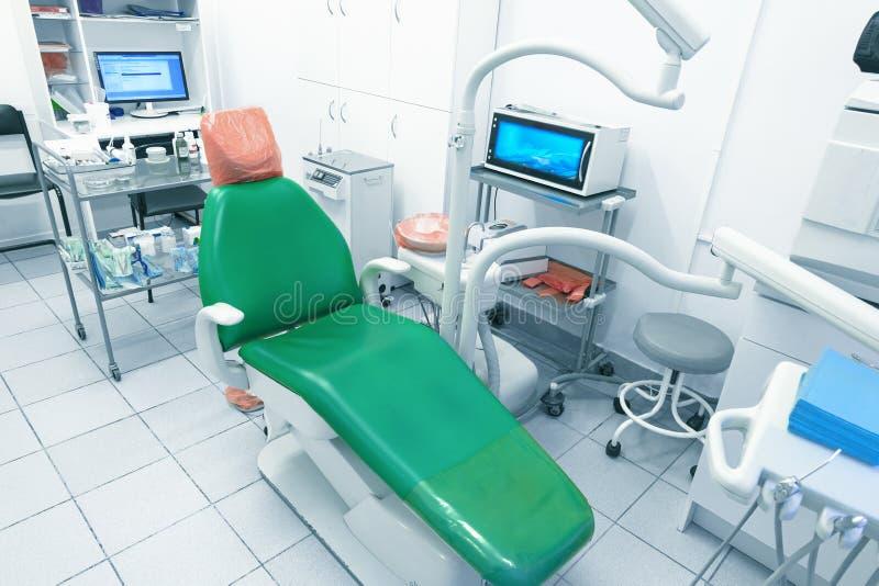 Офис дантиста, гигиена полости рта, зубоврачебный конец-вверх аппаратур Медицинский офис оборудован с креслом и особенным освещен стоковые изображения